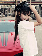粉嫩萝莉与超级跑车相映成趣