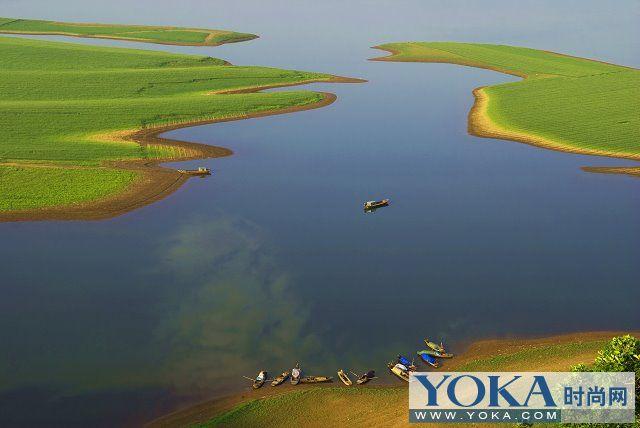 绿江村位于丹东宽甸满族自治县振江镇境内,是辽宁最东端,与朝鲜隔江相望,鸡犬相鸣。由于地处偏远,仍保留着原始风貌,民风古朴、山水纯真,是人们亲近自然回归自然的理想之地。一年四季不断变化的自然景观,让人们流连忘返,誉为:辽东第一村。 每年8月的时候,地就被江水完全淹没了。由于地处偏僻,仍保留着原始风貌。民风古朴,山水纯真,是人们亲近自然回归自然的理想之地。绿江村依山傍水,村前大江横亘,村后山高谷深,白日听山歌互答,夜里看渔火点点,颇有太初景象,原始风味。被誉为北方的香格里拉。     一、春天,映山红花