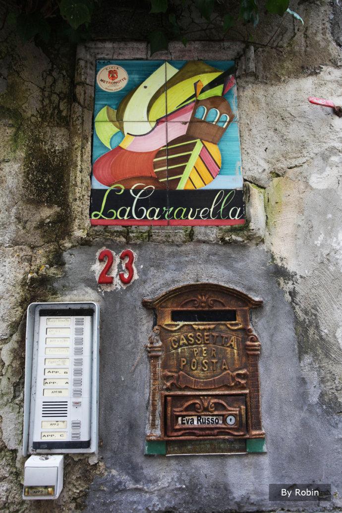 """有关意大利南部之旅,我最终以波西塔诺(Positano)做为开篇,尽管这里并非国人眼中的主流旅游胜地,平日也并没有太多人谈起。以""""美""""做为一个地方的特点与标题是我非常慎重的事情,因为世间有太多的美,究竟什么样的美能如此绝对,在到波西塔诺之前我从来都想象不到。"""
