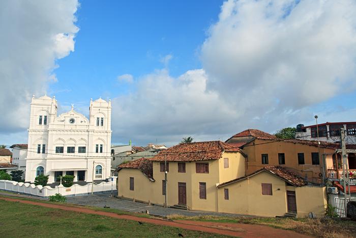 在斯里兰卡西南海滨有一座历史文化古城-加勒GALLE,是一座让无数人迷恋几个世纪的梦想地。无论是古代的冒险家,商人,还是现在的游客,这里绝对是一座让你无限惊喜和充满幻想的目的地。加勒不是由于海滩而让闻名,而是这里充满热带情调的古城以及城堡让人痴迷。这座已经被列入世界文化遗产的古城,始建于荷兰殖民时期,当时荷兰人为了显示在斯里兰卡统治坚不可摧,在加勒建立了一座占地36万平方米标准的欧洲风格的城堡。后来不断的发展,让这座拥有热带风情的海滨古城,不只是有美丽的碧海和沙滩,婆娑的热带雨林,摇摆的椰子树,还有那斯里