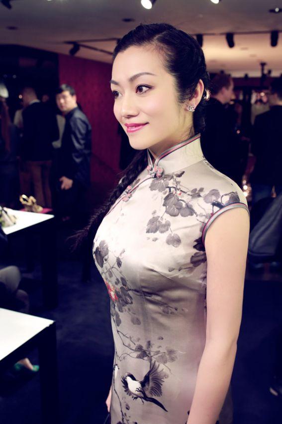 旗袍,源于满族女性传统服装。 20世纪上半叶由民国汉族女性改进,由中华民国政府于1929年确定为国家礼服之一。 民国以后,上海、北平等地的汉族女性在其基础上予以改良。 1949年之后,旗袍在大陆渐渐被冷落,尤其文革中被认为封资修象征大量毁坏。 旗袍,上海民国女子的典型服饰。 银幕名伶、海上名媛每一件旗袍中都蕴藏着一部鲜为人知的故事,有欢笑,也有眼泪。 旗袍,很奇妙。 必须微胖的女子穿着才好看,真正的前凸后翘。 我是穿旗袍的上海女人,轻摇曼妙,袅袅婷婷。 寂寥时,唯有锦衣。   chi-pao @晋轩 s