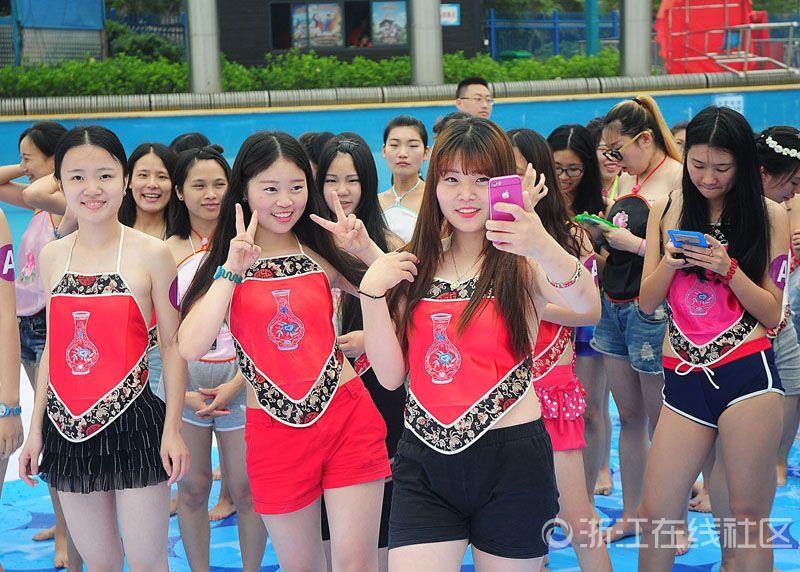 杭州数千美女集体穿肚兜拍毕业照