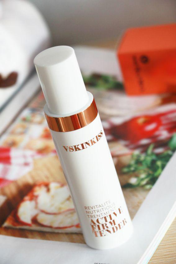 白色圆柱体的瓶身设计也很方便携带,放在化妆包内随时取用也不会很占