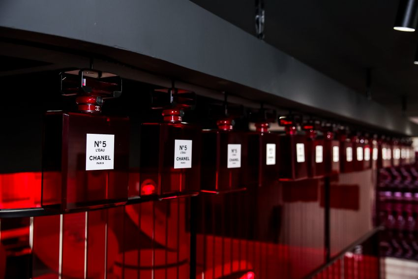 生活使人疲惫,除了上楼梯只有香奈儿五号香水系列红色限量版能让我心动了!